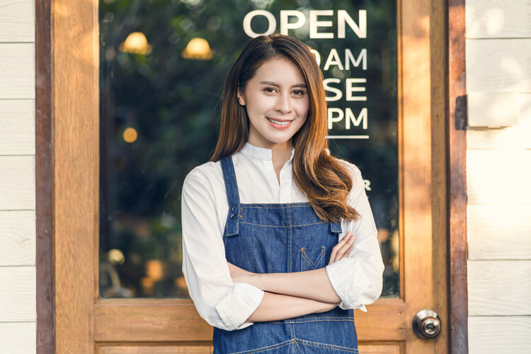 cash advances Miami FL how they work young lady worker standing in front of restaurant